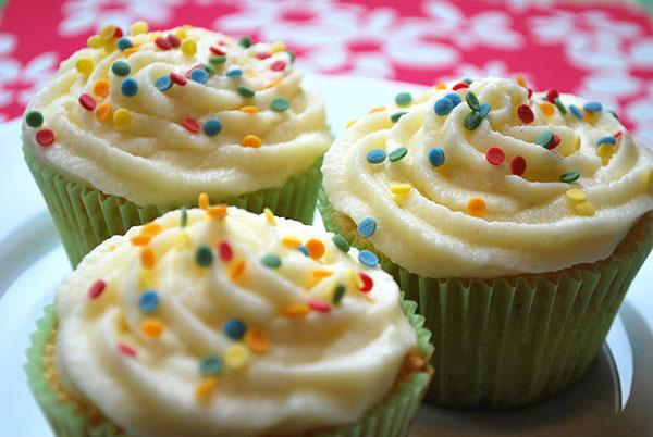 Vanille-Cupcakes mit Vanille-Frischkäse-Frosting und bunten Streuseln