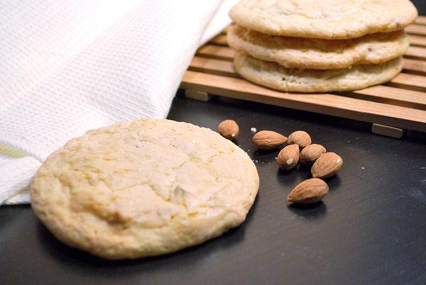 riesige Mandel-Cookies mit weißer Schokolade
