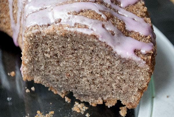 Rotweinkuchen mit Haselnüssen und Zimt