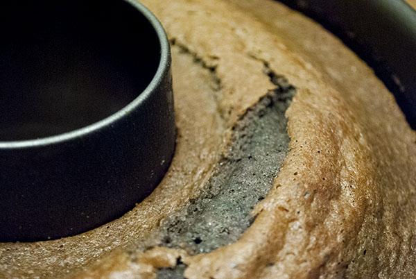 Saftiger Rotweinkuchen mit Haselnüssen und Zimt