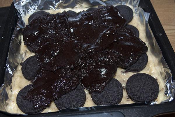 Slutty Brownies: Die ultimative Vereinigung aus Chocolate Chip Cookies, Oreos und Brownies. Brownie-Schicht