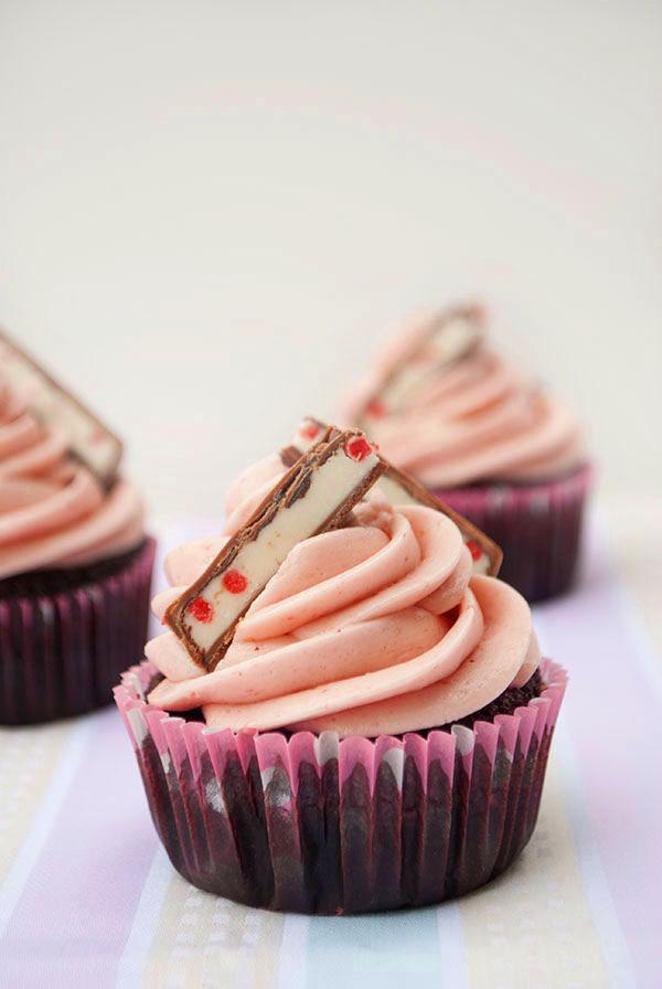 Yogurette-Cupcakes: Schokoladen-Cupcakes mit Erdbeer Swiss Meringue Buttercream