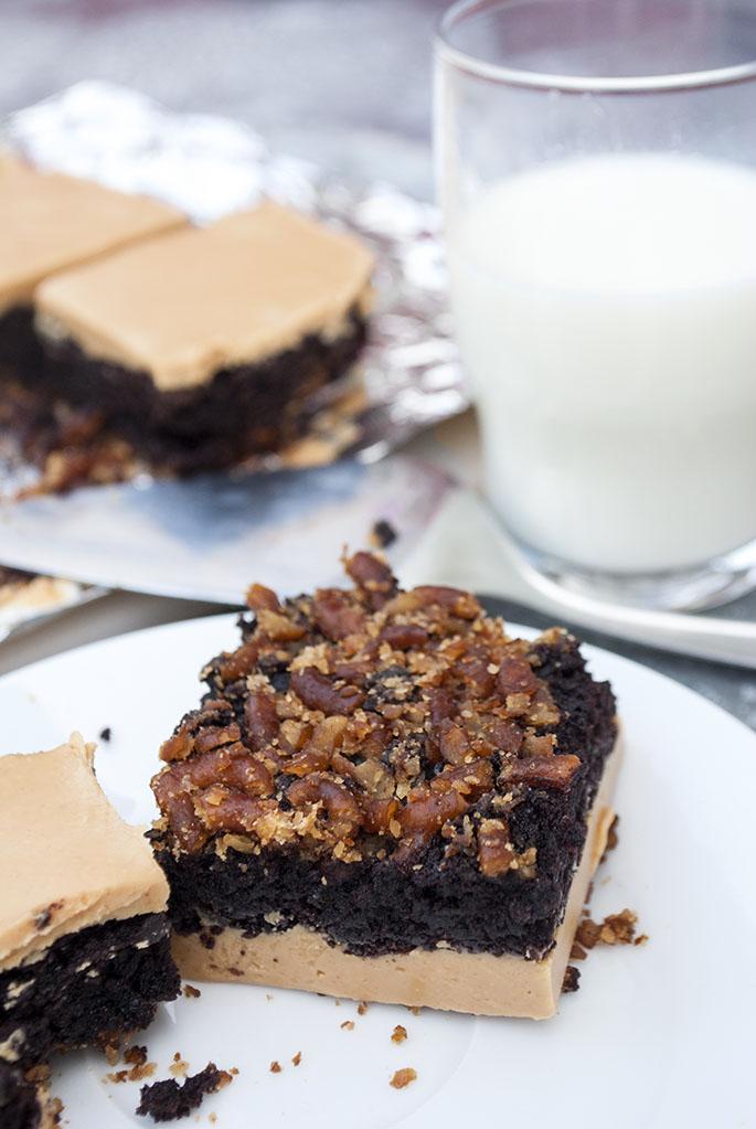 Brownies mit Salzbrezel-Boden und Erdnussbutter-Frosting