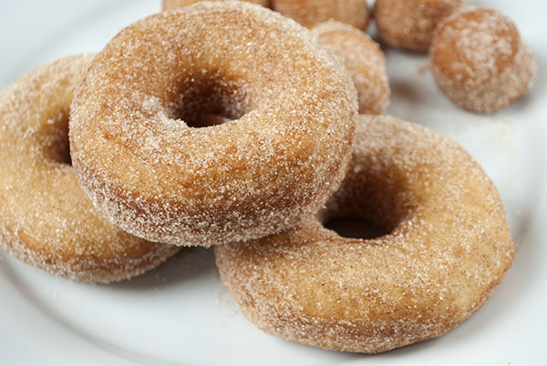 Schnelle Donuts mit Zimt-Zucker (aus Brötchenteig)