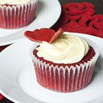 Red Velvet Cupcakes mit weißem Schoko-Frischkäse-Frosting