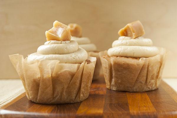 Karamell-Cupcakes mit Karamell-Frosting