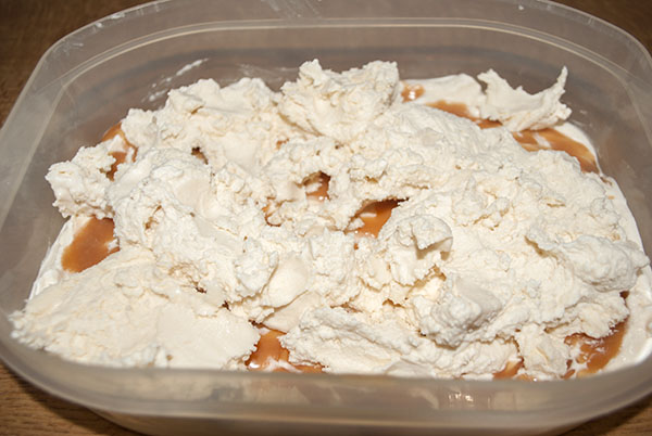 Karamell-Eiscreme mit Sauce
