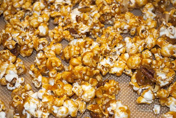 Karamell-Popcorn mit Pecankernen und Walnüssen