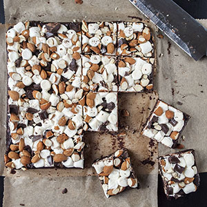 Brownies mit Mini-Marshmallows und Mandeln