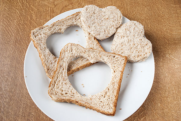 Spiegelei im Toast für das Valentinstags-Frühstück