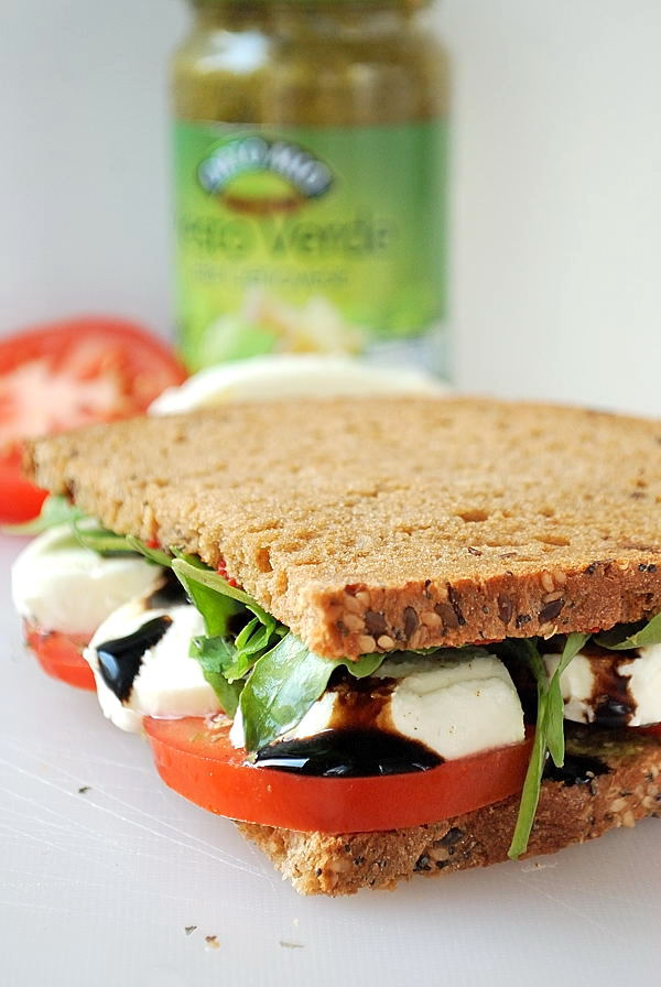 Vegetarisches Tomate-Mozzarella-Sandwich mit Rucola