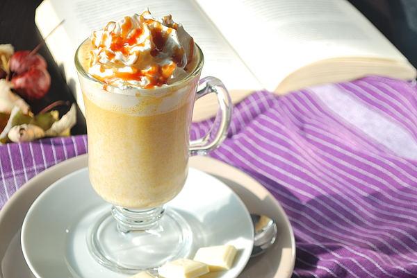Heiße weiße Schokolade mit Kürbis und Gewürzen