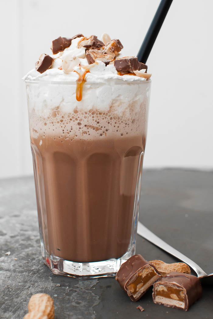 Snickers-Frappé (mit Schoko, Erdnuss und Karamell)