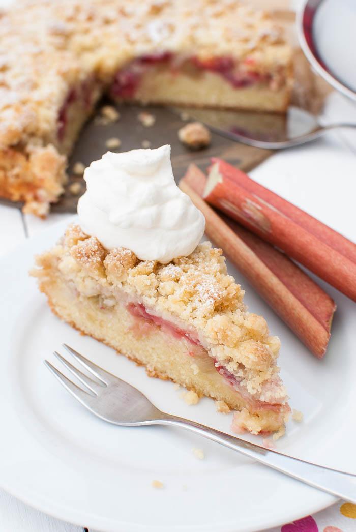Erdbeer-Rhabarber-Streuselkuchen