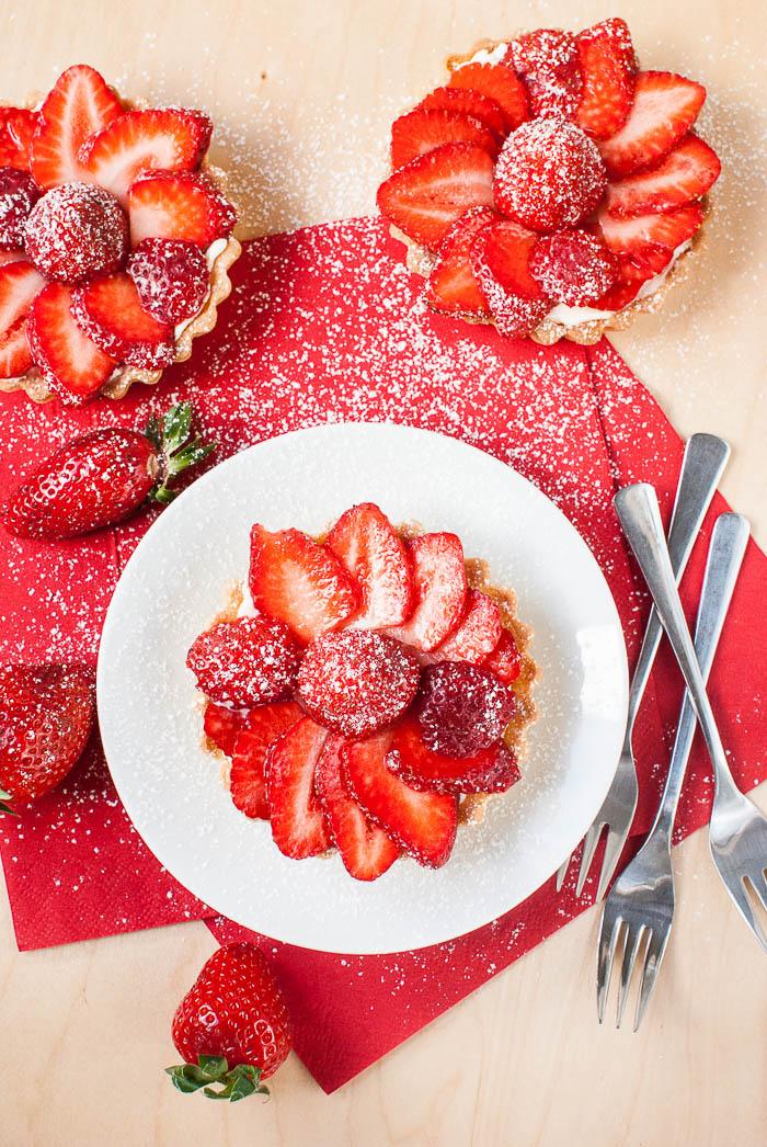 Drei Erdbeer-Frischkäse-Törtchen von oben
