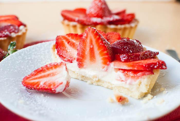 Erdbeer-Frischkäse-Törtchen im Querschnitt