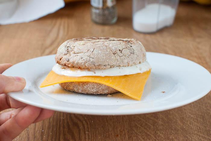 Vegetarisches Frühstücks-Sandwich mit Ei