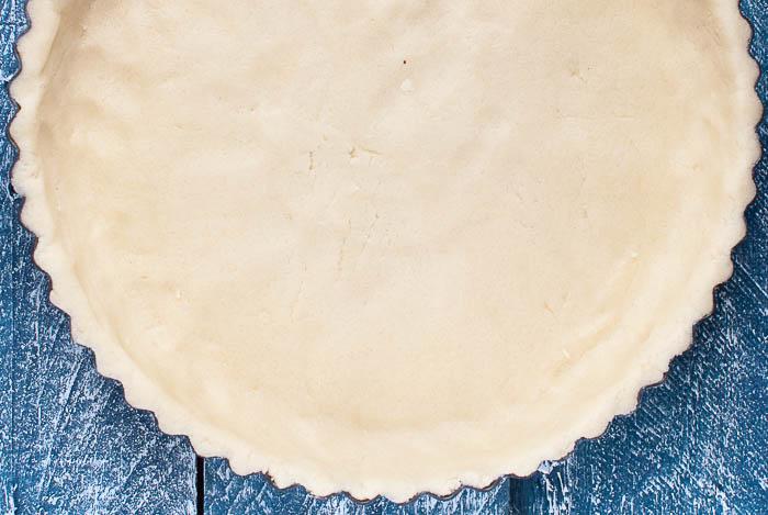 Mürbeteig-Tarte mit frischen Kirschen und Zuckerguss