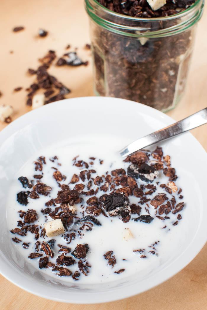 Schoko-Knuspermüsli mit Oreos und weißer Schokolade