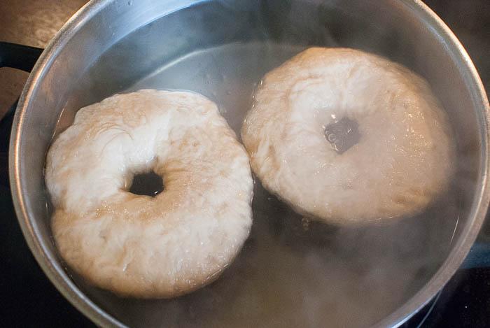 Selbstgemachte Bagels aus Dinkelmehl