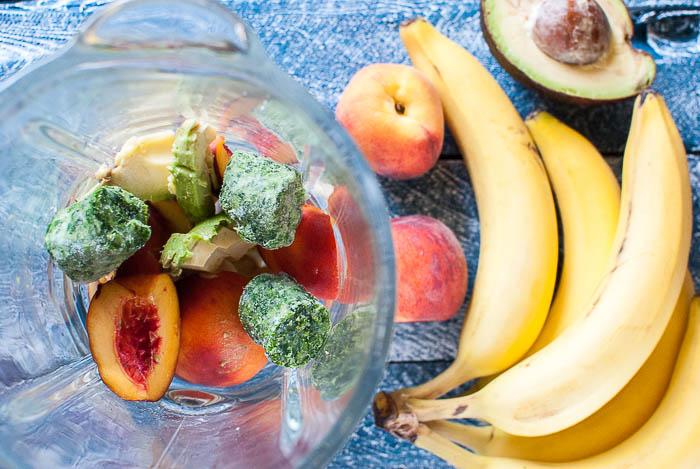 Grüner Smoothie mit Pfirsich, Banane und Avocado