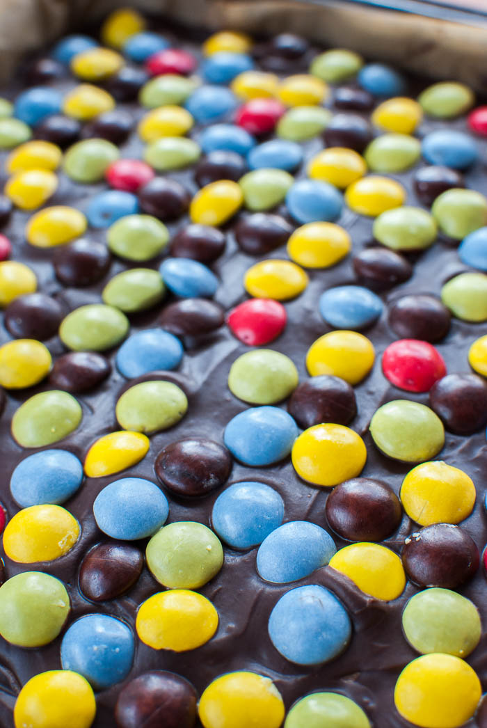 Smarties-Brownies mit Glasur