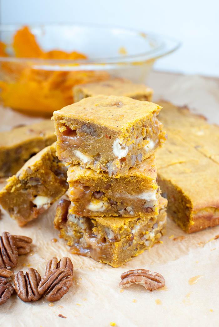 Herbstliche Toffee-Pecan-Kürbis-Blondies mit weißer Schokolade