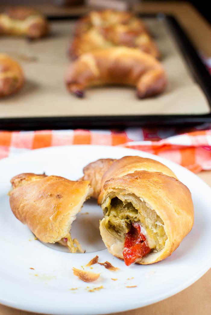 Pesto-Käse-Croissants mit gerösteten Paprika