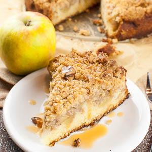 Saftiger Apfelkuchen mit Walnuss-Knusperstreuseln und Karamellsauce