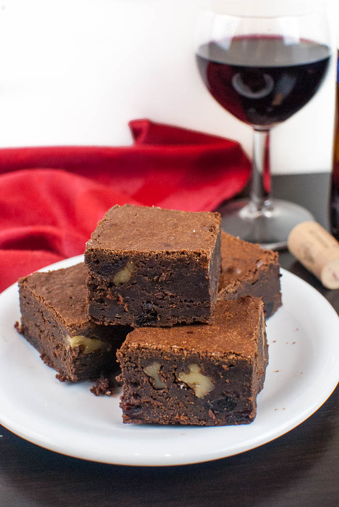 Super saftige Rotwein-Brownies mit Cranberries und Walnüssen
