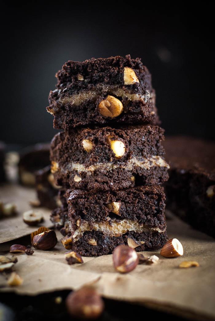 Amaretto-Marzipan-Brownies mit gerösteten Haselnüssen