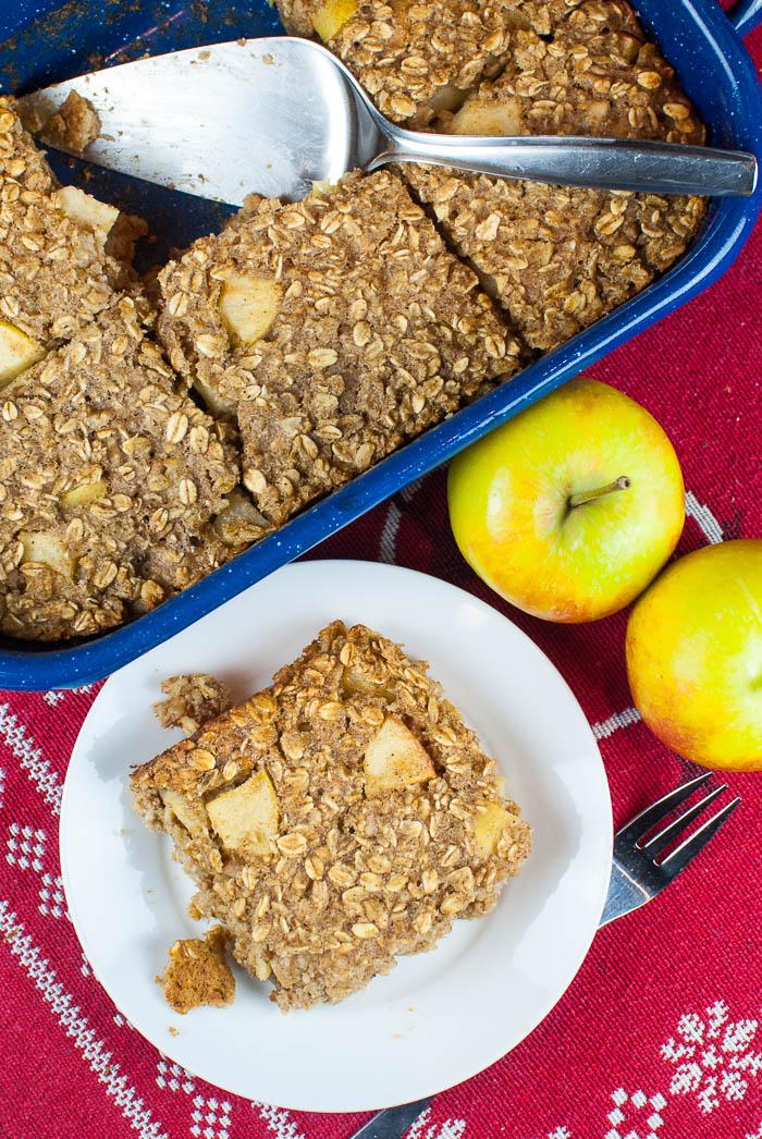 Baked Oatmeal mit Apfel, Walnüssen und Gewürzen {Haferflockenauflauf fürs Frühstück}