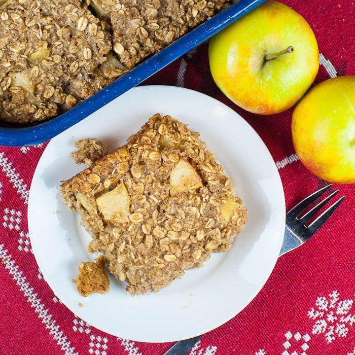 Baked Oatmeal mit Apfel, Walnüssen und Gewürzen