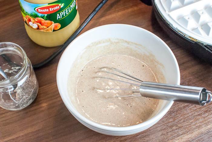 Fettarme und vegane Vollkorn-Waffeln mit Chia-Samen als Ei-Ersatz