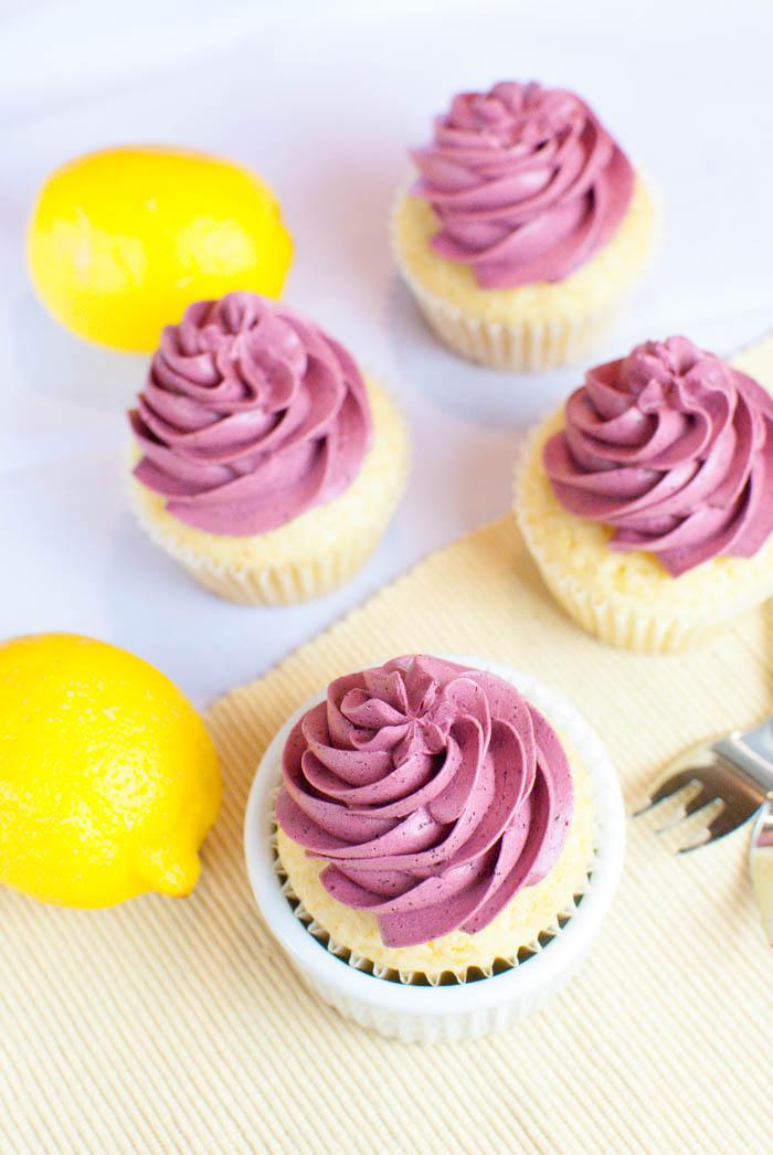 Zitronen-Cupcakes mit Heidelbeer-Frosting {vegan}