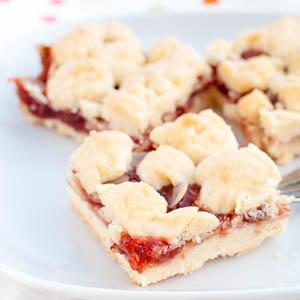 Knusprige Streusel-Schnitten mit Erdbeer-Rhabarber-Konfitüre und Mandeln