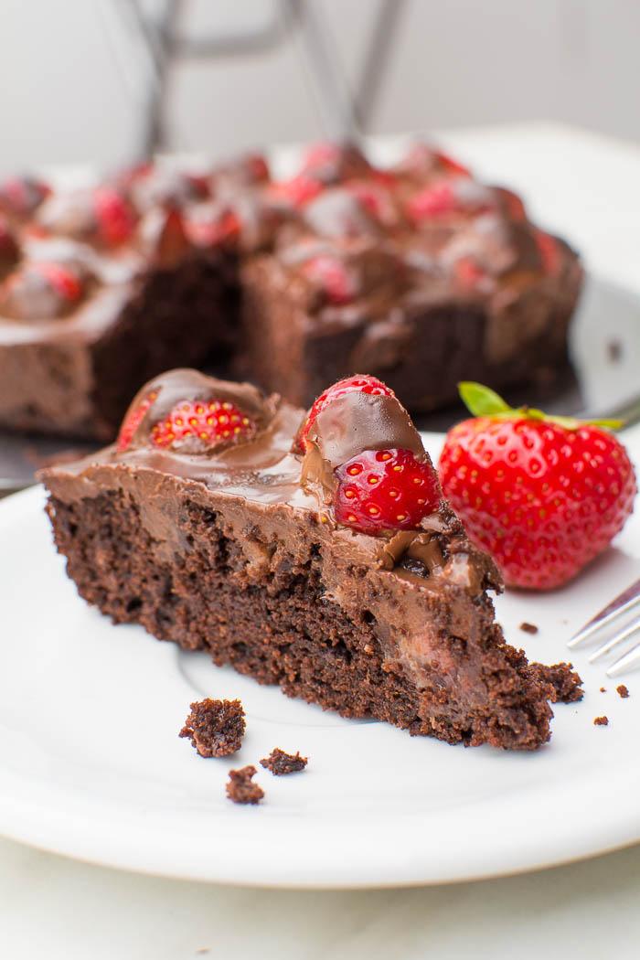 Brownie-Tarte mit frischen Erdbeeren und Ganache {vegan}