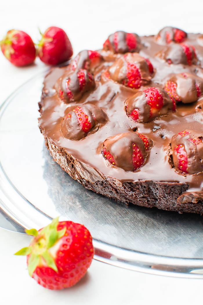 Vegane Brownie-Tarte mit frischen Erdbeeren und Ganache