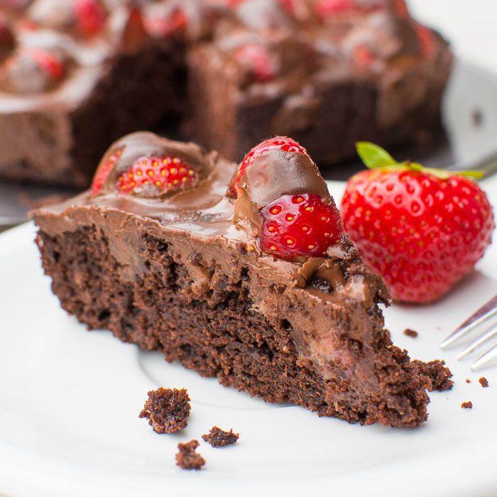 Brownie-Tarte mit frischen Erdbeeren