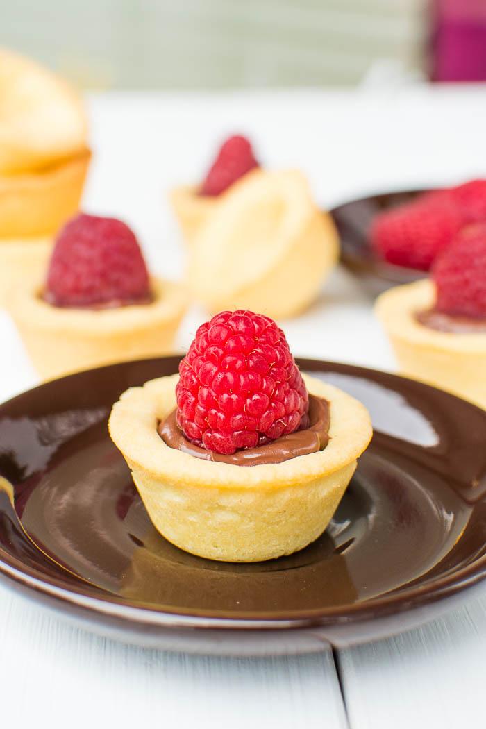 Mini Cookie Cups mit Nutella-Füllung und frischen Himbeeren {vegan}
