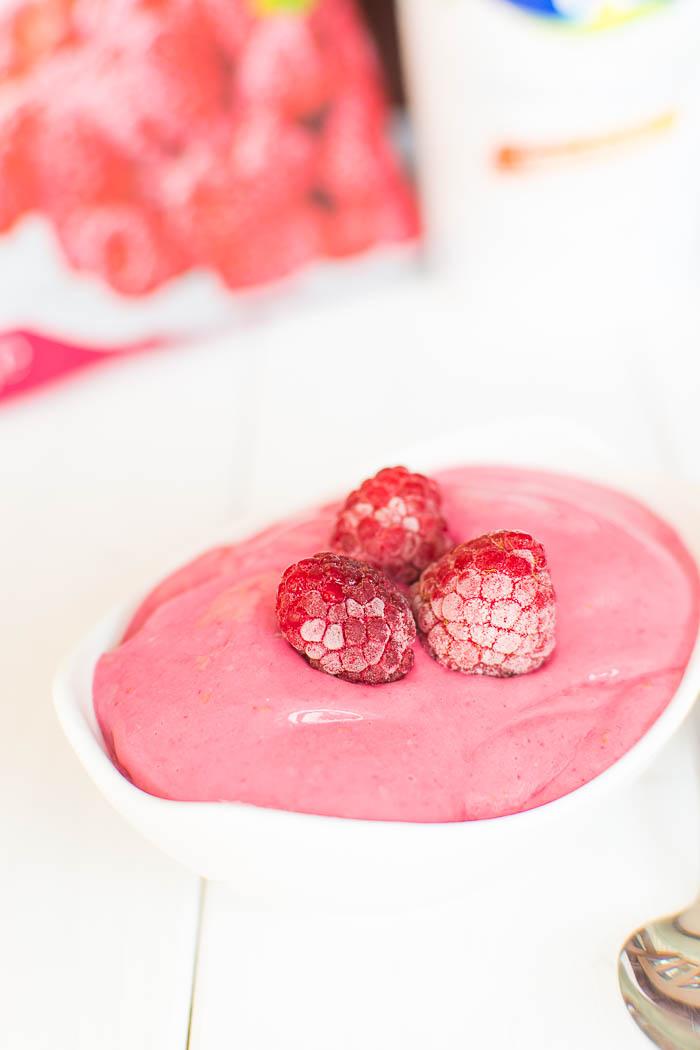 Veganer und zuckerfreier Protein Frozen Yogurt mit Himbeeren in 2 Minuten