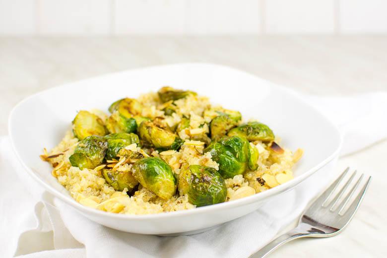 Knoblauch-Rosenkohl mit Mandeln auf Zitronen-Quinoa {vegan}