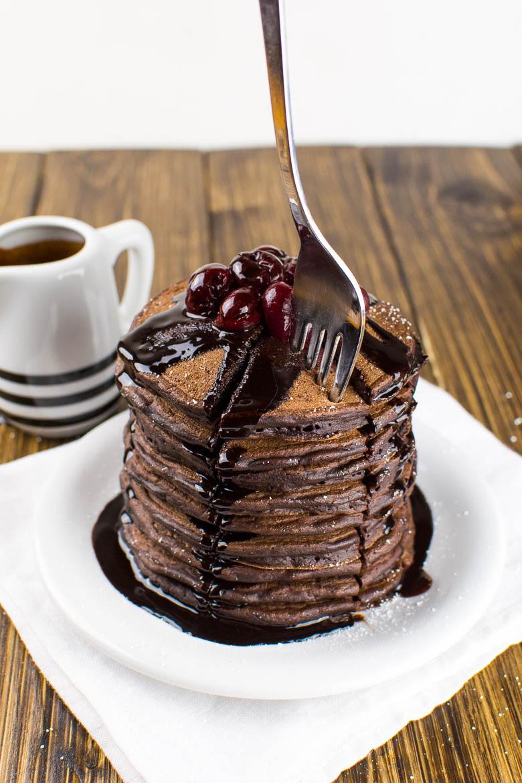 Vegane Schoko-Pancakes mit Kirschen und Schokosirup