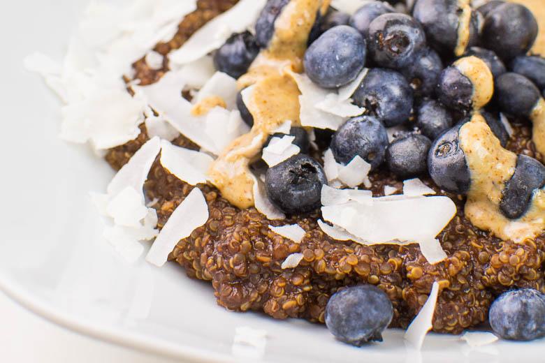 Schoko-Quinoa mit Heidelbeeren, Kokos und Mandelbutter