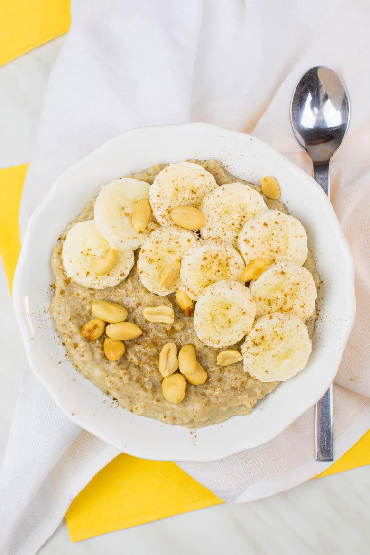 Bananen-Erdnussbutter-Oatmeal mit Zimt {vegan}