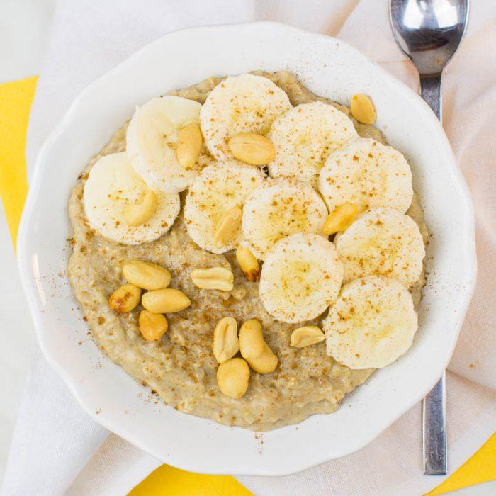 Bananen-Erdnussbutter-Oatmeal mit Zimt