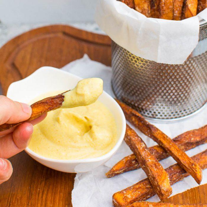 Knusprige Süßkartoffel-Pommes mit Kurkuma-Aioli