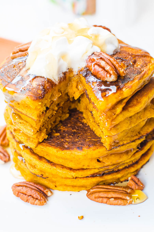 Vegane Kürbis-Pancakes mit Sahne, Karamellsauce und Pecankernen