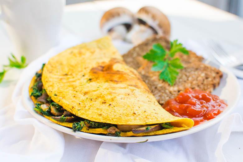 Veganes Omelette mit Champignons und Spinat