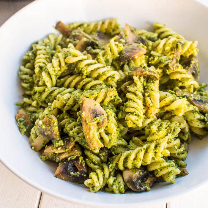 Nudeln und Champignons in Erbsen-Spinat-Pesto